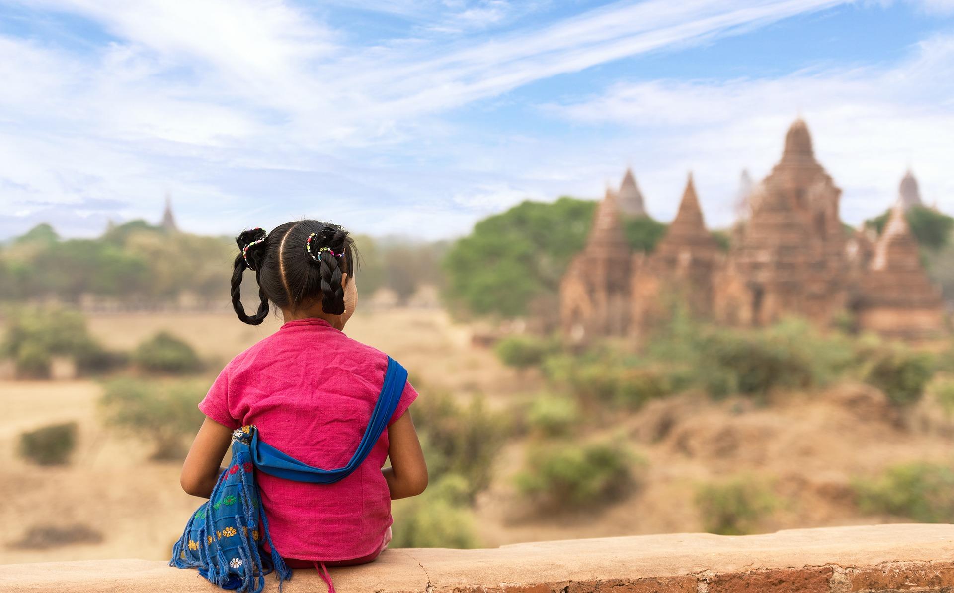 enfant entre les temples partir en Birmanie