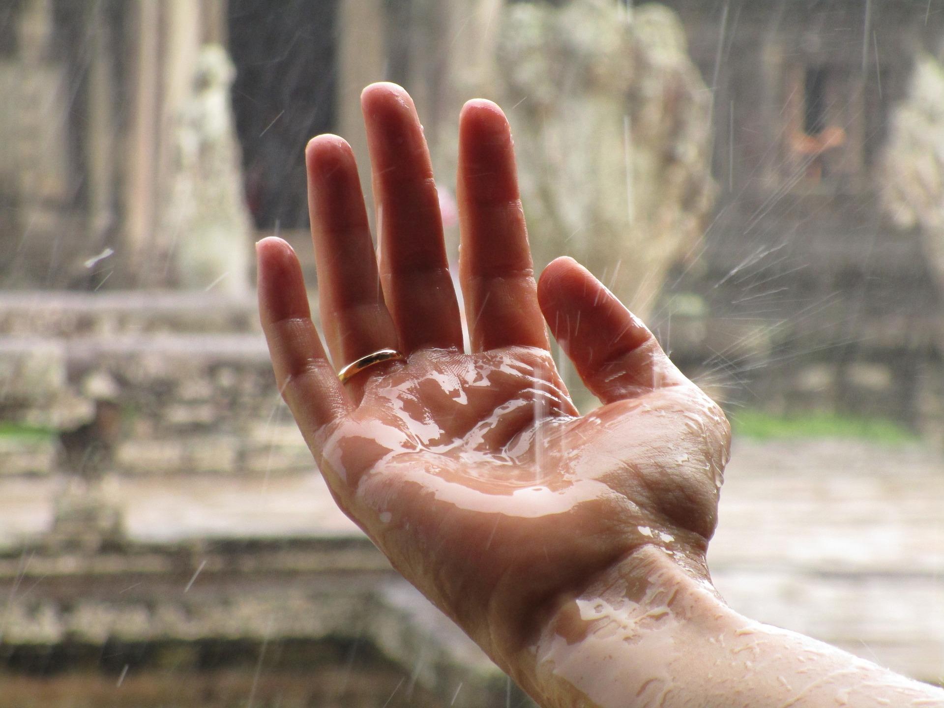 main sous la pluie partir au cambodge